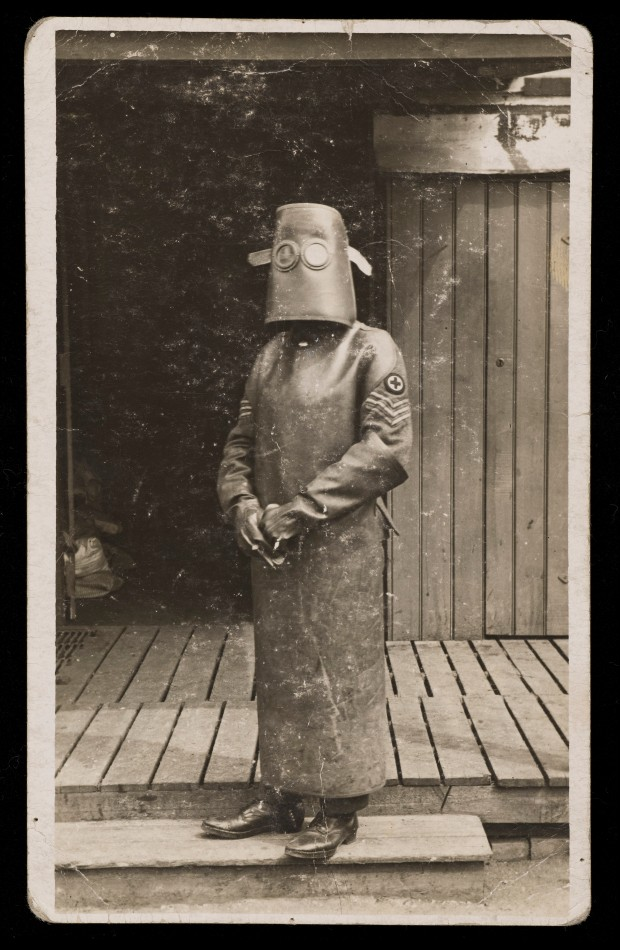 World_War_One,_France;_a_radiographer_wearing_protective_Wellcome_L0050611.jpg